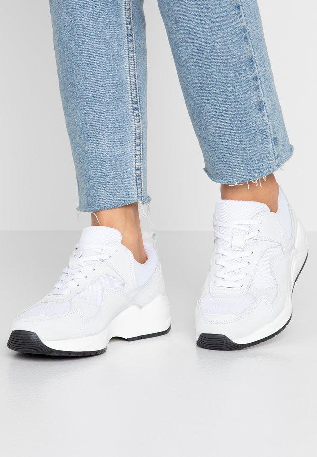 SNEAKERS MESH UND WILDLEDER - Sneaker low - white