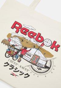 Reebok Classic - ROADTRIP UNISEX - Shopping bags - off-white - 3