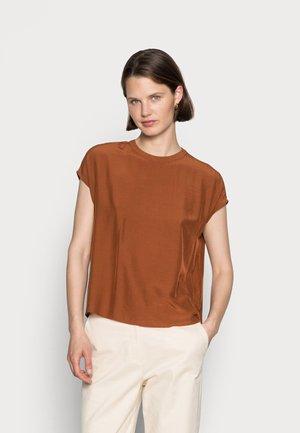 MOCK-NECK BLOUSE - Blouse - amber brown