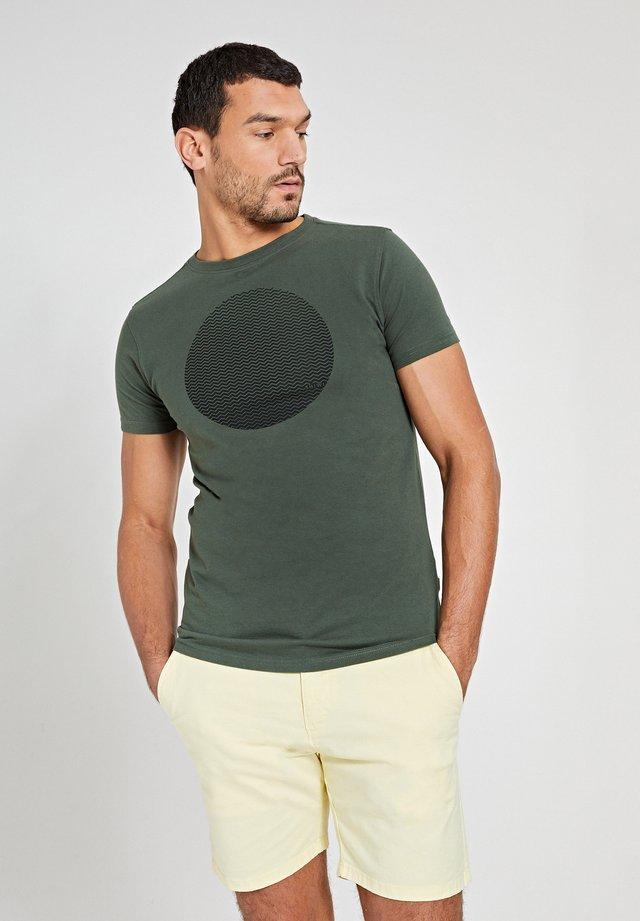 T-shirt con stampa - cilantro