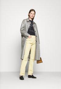 Alexa Chung - FLARED  - Široké džíny - faded yellow - 1