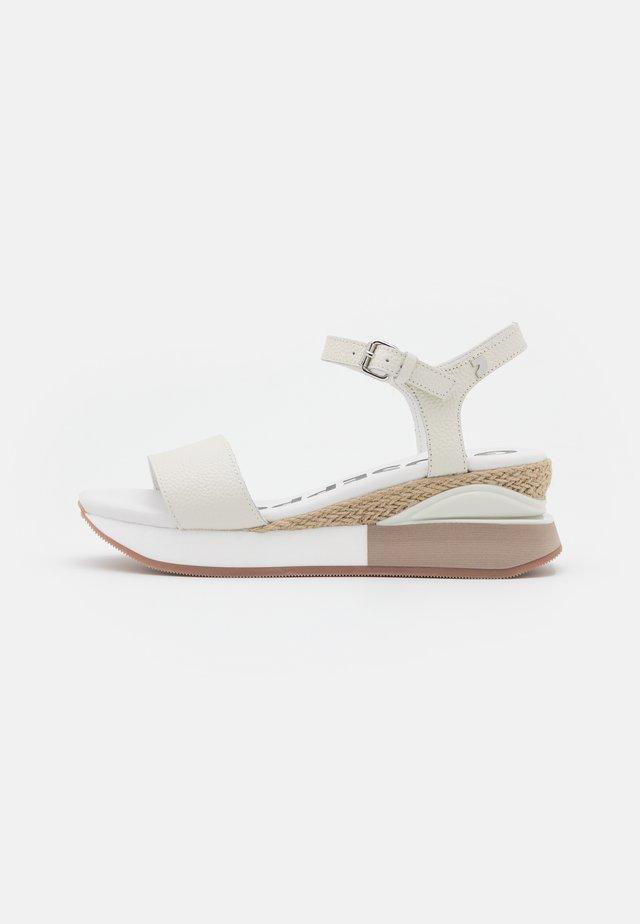Sandały na platformie - blanco