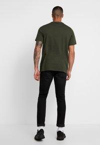 adidas Originals - ADICOLOR ESSENTIAL TEE - Print T-shirt - night cargo - 2