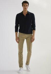 Massimo Dutti - MIT FISCHGRÄTENMUSTER  - Slim fit jeans - ochre - 1