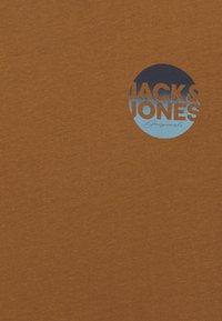 Jack & Jones Junior - JORTORPEDO TEE CREW NECK - T-shirt imprimé - rubber - 2