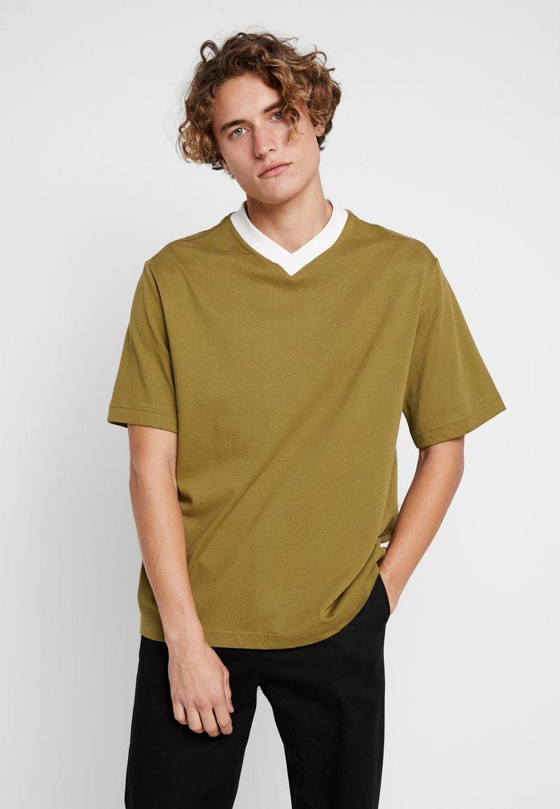 Weekday - FRANS V-NECK - Jednoduché triko - khaki