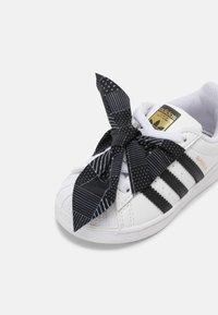 adidas Originals - SUPERSTAR UNISEX - Baskets basses - white/core black/gold - 6