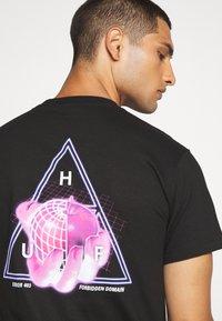HUF - FORBIDDEN DOMAIN TEE - Print T-shirt - black - 5