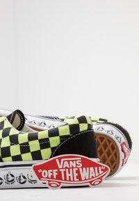 Vans - ERA - Sneakersy niskie - black/sharp green - 5
