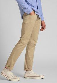Lee - DAREN ZIP FLY - Trousers - service sand - 3