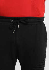 Urban Classics - PLEAT - Tracksuit bottoms - black - 6