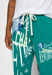Jaded London - REWORK SCREEN PRINT - Pantalon de survêtement - green - 4