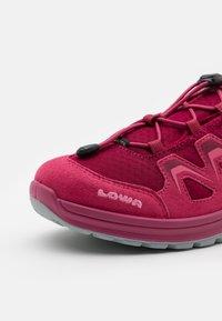 Lowa - INNOX EVO GTX LO JUNIOR UNISEX - Hiking shoes - fuchsia - 5