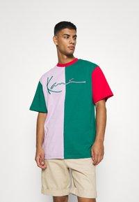 Karl Kani - SIGNATURE BLOCK TEE UNISEX - Print T-shirt - green - 0