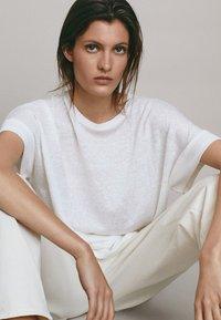 Massimo Dutti - UMSCHLAG  - Basic T-shirt - white - 4