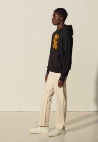 sandro - HOODIE TEDDY - Sweatshirt - noir - 1