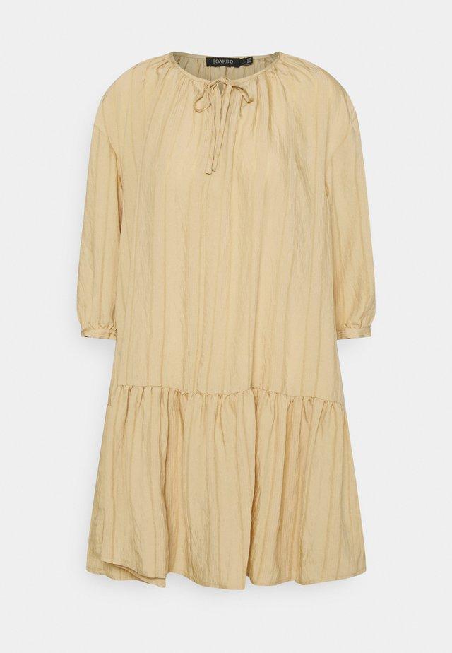 SLAMOLI DRESS - Sukienka letnia - warm sand