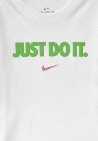 Nike Sportswear - UNISEX - Triko spotiskem - white - 2