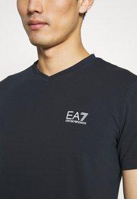 EA7 Emporio Armani - V NECK - Print T-shirt - blu notte - 5