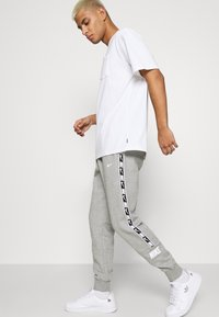 Nike Sportswear - REPEAT - Pantaloni sportivi - dark grey heather - 4