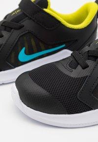Nike Performance - DOWNSHIFTER 10 UNISEX - Hardloopschoenen neutraal - black/chlorine blue/high voltage/dark smoke grey/white - 5