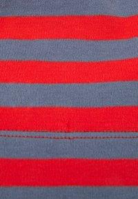 Sense Organics - KAI HAT & SUSU ROUND SCARF SET UNISEX - Snood - stone blue/red - 4