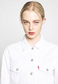 Levi's® - EX BOYFRIEND TRUCKER - Jeansjakke - white - 4