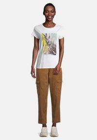Cartoon - Print T-shirt - white/khaki - 1