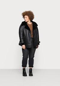 Vero Moda Curve - VMJOANA MOM - Relaxed fit jeans - black - 1