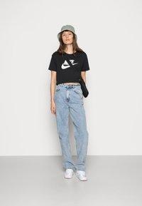 Nike Sportswear - TEE - T-shirts med print - black/white - 1
