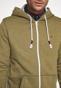 Tommy Jeans - ZIPTHROUGH - Zip-up hoodie - uniform olive - 6