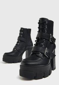 Bershka - MIT SCHNALLEN - Kovbojské/motorkářské boty - black - 5