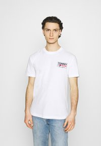 Tommy Jeans - SCRIPT BOX BACK LOGO TEE UNISEX - T-shirt med print - white - 0