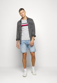 Tommy Hilfiger - GLOBAL STRIPE TEE - T-shirt con stampa - grey - 1