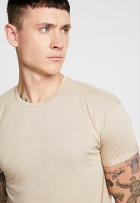 Topman - SCOTTY 2 PACK - Basic T-shirt - beige/khaki - 4