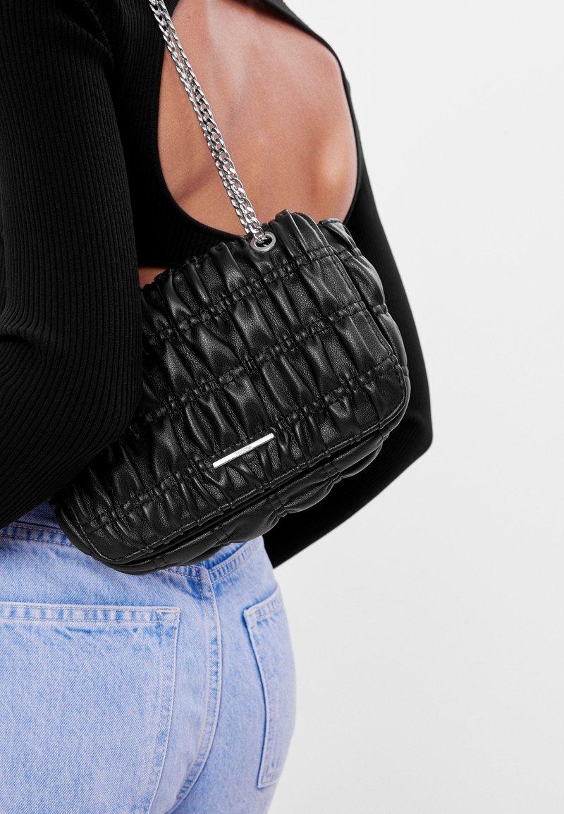 Bershka - GESTEPPTE MIT FALTEN - Across body bag - black
