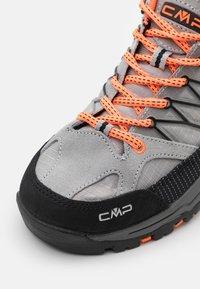CMP - KIDS RIGEL TREKKING SHOE WP UNISEX - Hiking shoes - cemento/flash orange - 5
