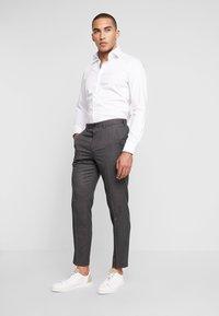 Isaac Dewhirst - STAND ALONE TEXTURE - Spodnie garniturowe - grey - 1