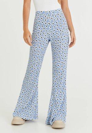 MIT GÄNSEBLÜMCHEN - Trousers - blue-grey