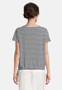 Betty Barclay - TUNNELZUG - Print T-shirt - dunkelblau/weiß - 2