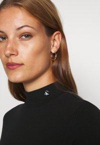 Calvin Klein Jeans - MOCK NECK - T-shirt z nadrukiem - black - 4