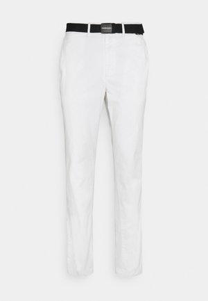 SLIM FIT GARMENT DYE BELT - Chinos - white