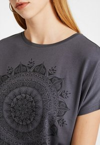 Even&Odd - T-shirt med print - anthracite - 4