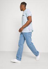 Calvin Klein Jeans - 90'S STRAIGHT LOGO WAISTBAND - Džíny Straight Fit - denim medium - 3