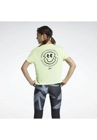 Reebok - RUN ESSENTIALS SHORT SLEEVE GRAPHIC T-SHIRT - T-shirts med print - yellow - 2