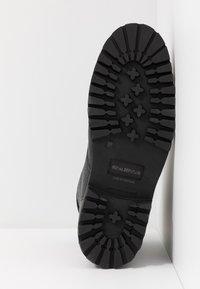 Royal RepubliQ - AVE HIKER COMBAT - Botines con cordones - black - 6