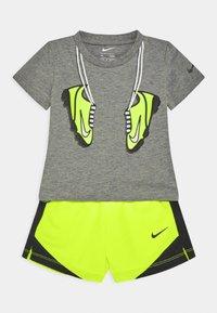Nike Sportswear - SET - Shorts - volt - 0