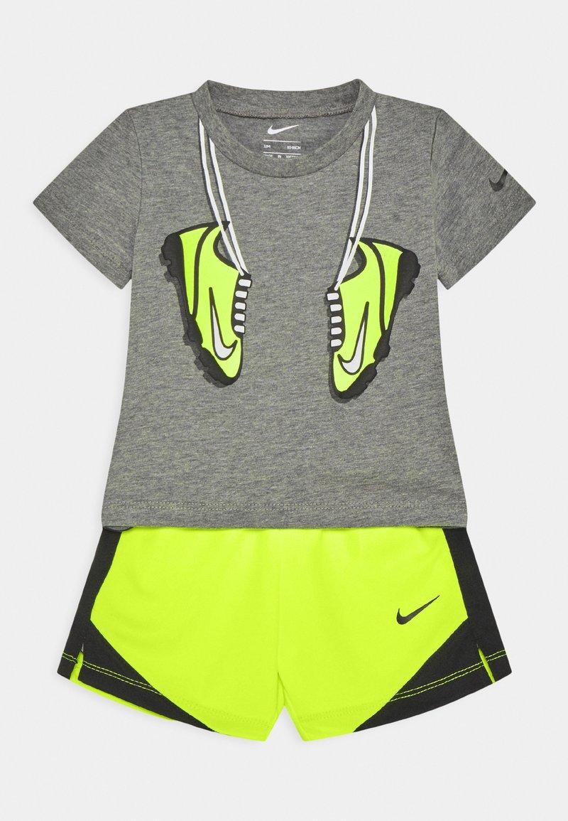Nike Sportswear - SET - Shorts - volt