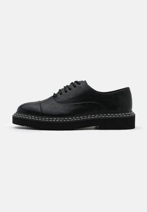 BASIC DERBY SHOES - Šněrovací boty - black