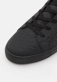 Kurt Geiger London - DONALD - Sneakersy wysokie - black glitter - 5